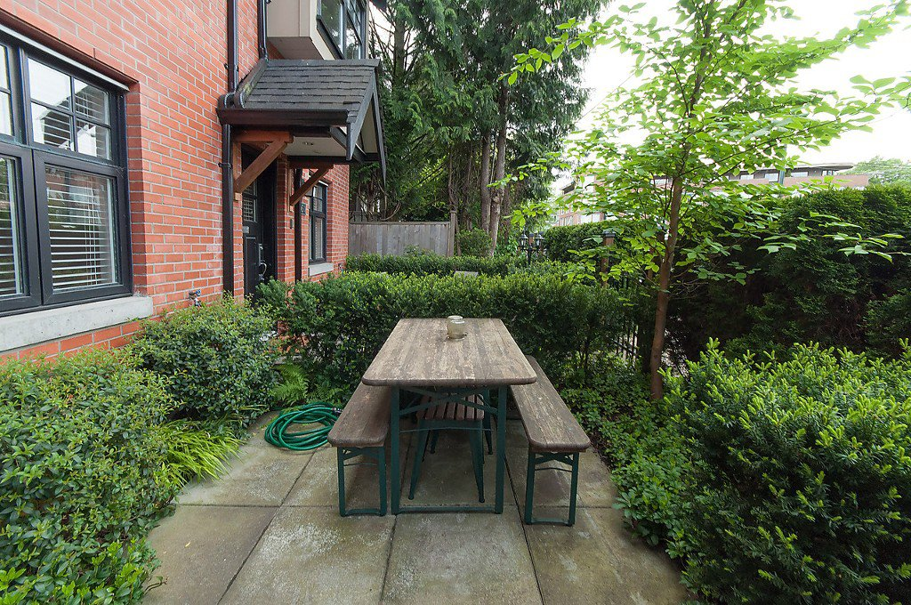 "Photo 3: Photos: 958 W 15TH Avenue in Vancouver: Fairview VW Townhouse for sale in ""THE CLASSIX"" (Vancouver West)  : MLS®# R2063040"