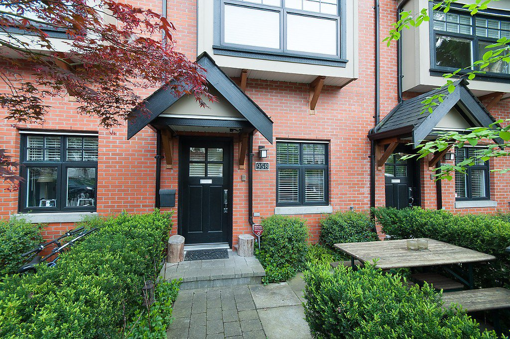 "Photo 1: Photos: 958 W 15TH Avenue in Vancouver: Fairview VW Townhouse for sale in ""THE CLASSIX"" (Vancouver West)  : MLS®# R2063040"