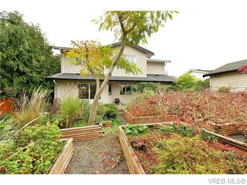 Main Photo: 2316 Victor St in VICTORIA: Vi Fernwood Half Duplex for sale (Victoria)  : MLS®# 745946
