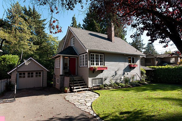 Main Photo: 914 S Sinclair Street in West Vancouver: Ambleside House for sale