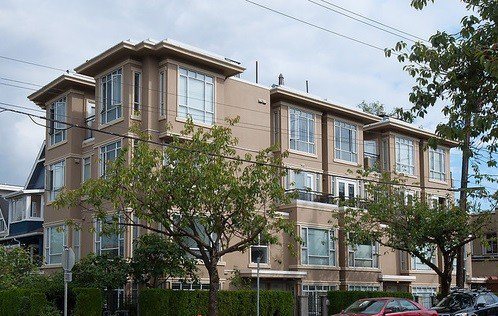 """Main Photo: 2106 YEW Street in Vancouver: Kitsilano Townhouse for sale in """"MAGNOLIA GARDENS"""" (Vancouver West)  : MLS®# V1069071"""