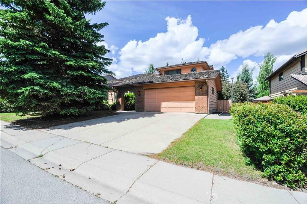 Main Photo: 48 OAKMOUNT Way SW in Calgary: Oakridge House for sale : MLS®# C4123202