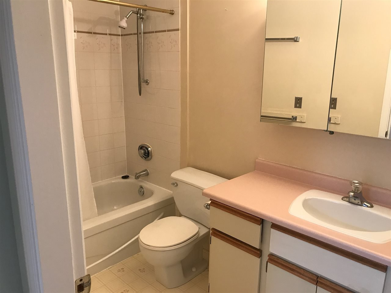 """Photo 9: Photos: 307 33535 KING Road in Abbotsford: Poplar Condo for sale in """"Central Heights Manor"""" : MLS®# R2198545"""