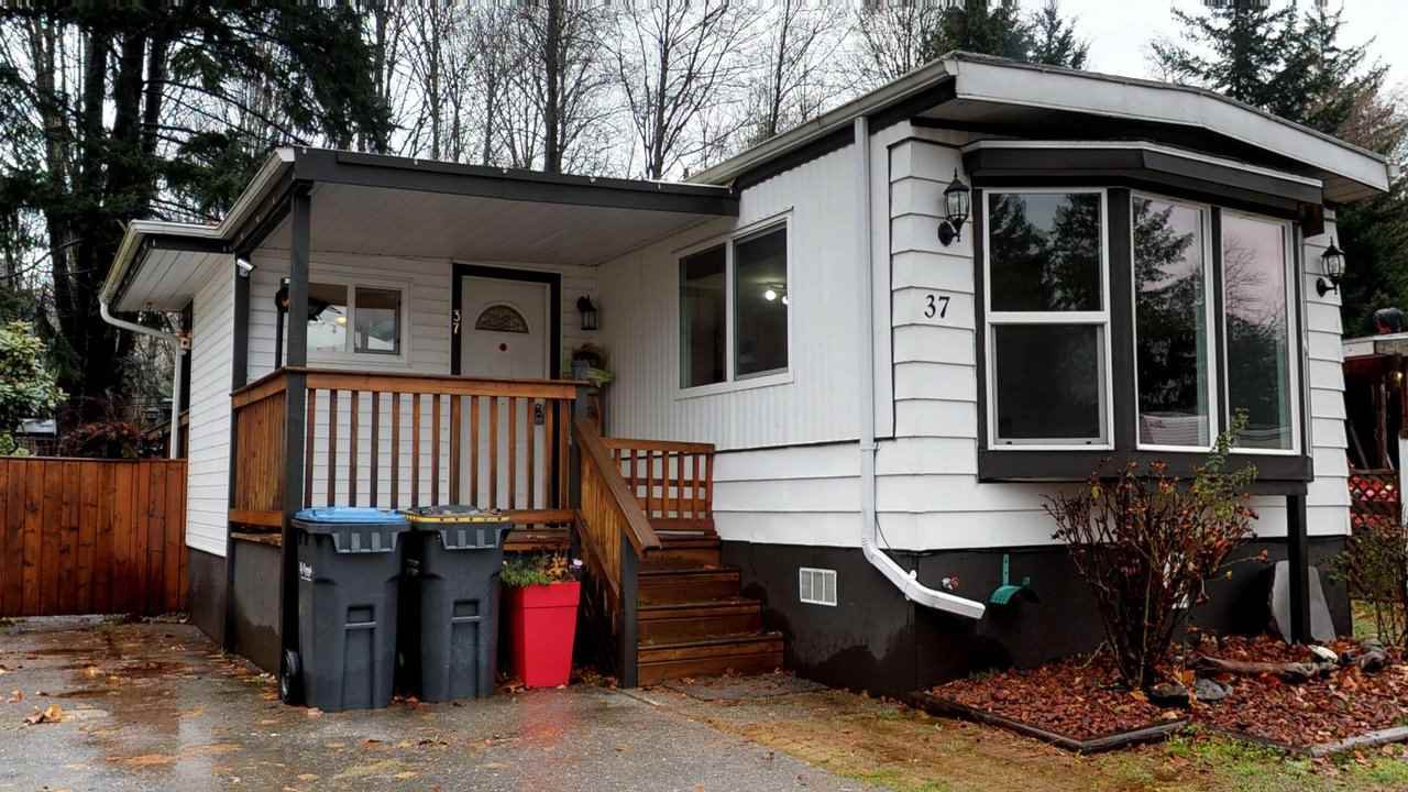 "Main Photo: 37 40157 GOVERNMENT Road in Squamish: Garibaldi Estates Manufactured Home for sale in ""Spiral Mobile Home Park"" : MLS®# R2226149"
