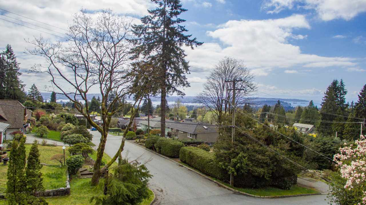 """Photo 12: Photos: 274 W ROCKLAND Road in North Vancouver: Upper Lonsdale House for sale in """"UPPER LONSDALE"""" : MLS®# R2360083"""
