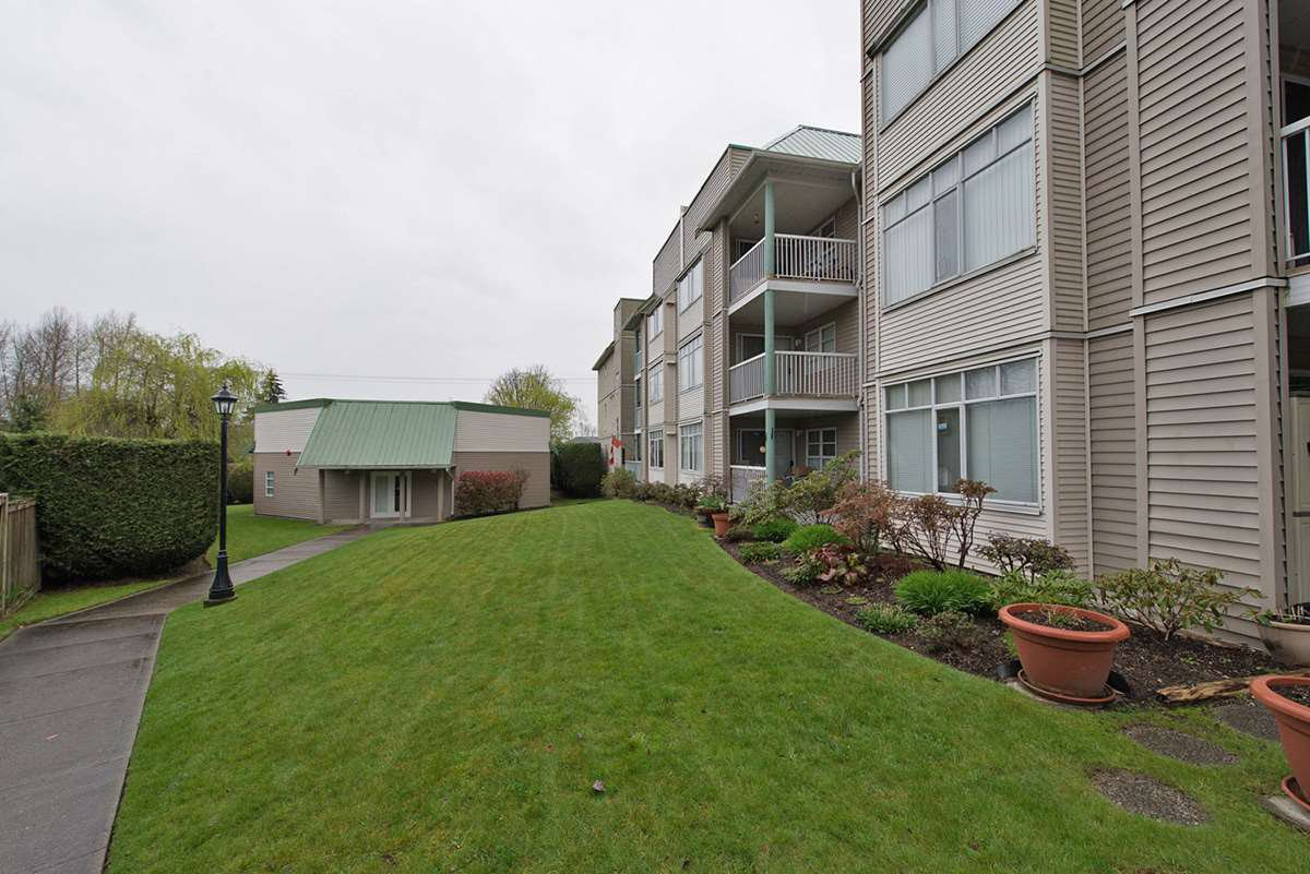 """Photo 16: Photos: 313 9765 140TH Street in Surrey: Whalley Condo for sale in """"Fraser Gate"""" (North Surrey)  : MLS®# R2091811"""