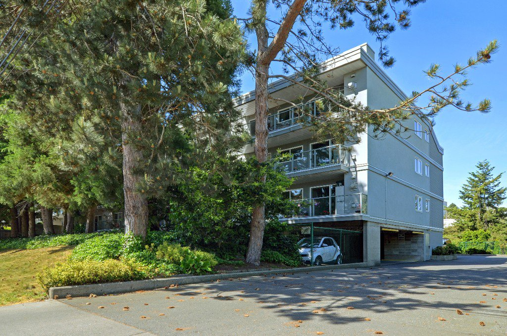 Main Photo: 206 2022 Foul Bay Rd in VICTORIA: Vi Jubilee Condo Apartment for sale (Victoria)  : MLS®# 761168