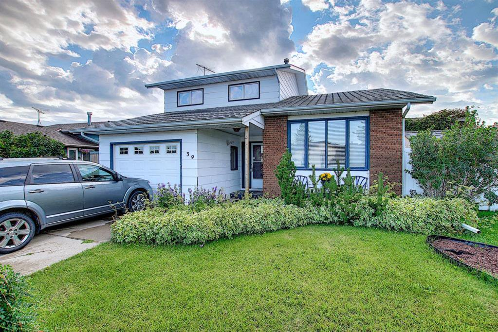 Main Photo: 39 Beaver Place NW: Beiseker Detached for sale : MLS®# C4225989
