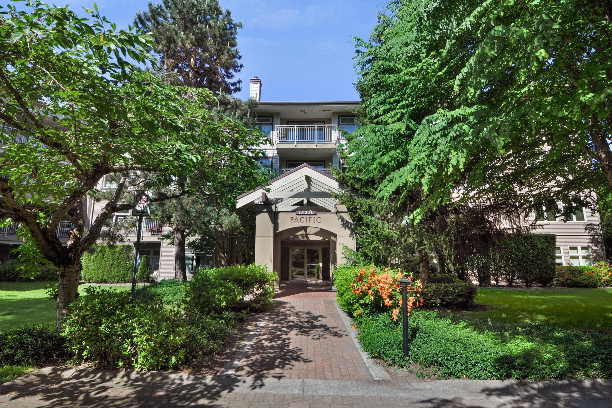 "Main Photo: 104 15220 GUILDFORD Drive in Surrey: Guildford Condo for sale in ""BOULEVARD CLUB"" (North Surrey)  : MLS®# R2271366"