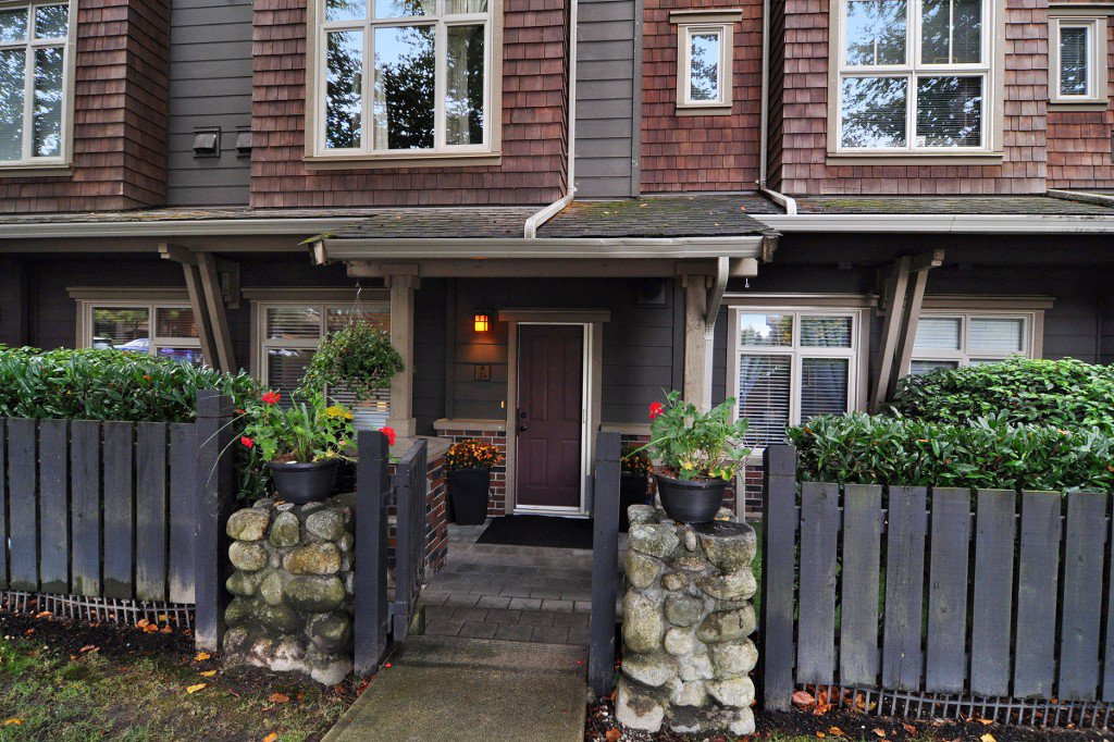 """Photo 1: Photos: 134 600 PARK Crescent in New Westminster: GlenBrooke North Townhouse for sale in """"ROYCROFT"""" : MLS®# R2214614"""