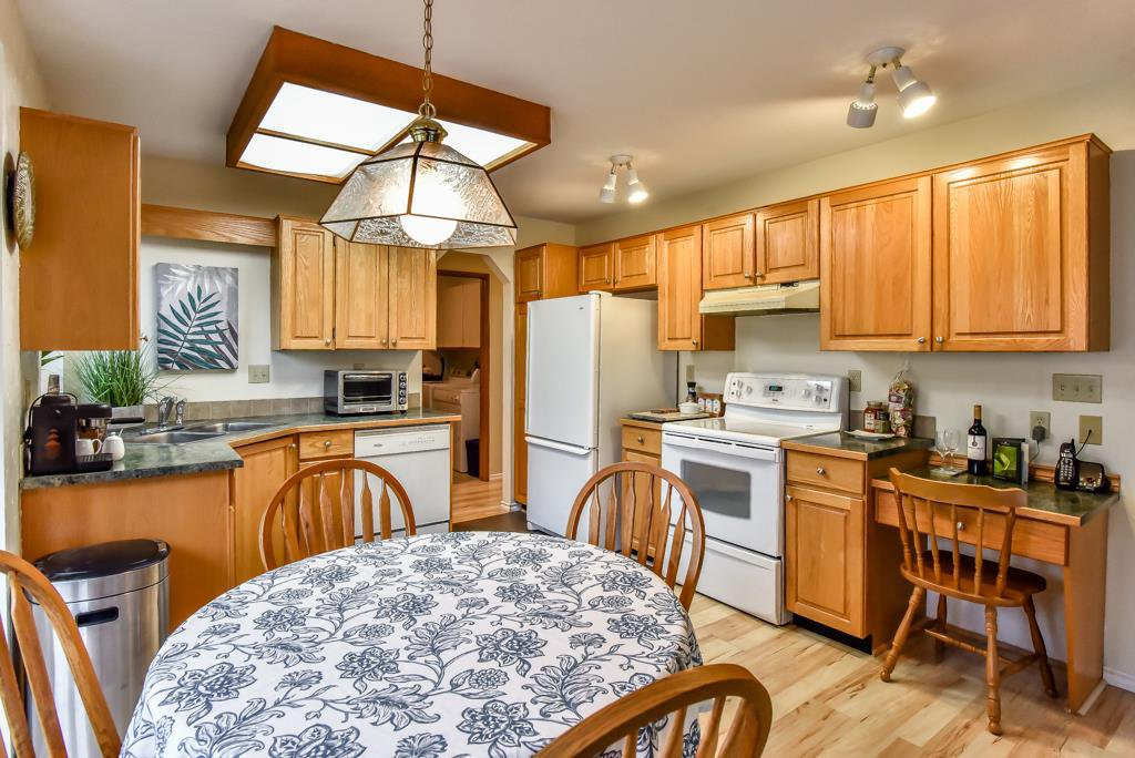 """Photo 4: Photos: 105 10584 153RD Street in Surrey: Guildford Townhouse for sale in """"Glenwood Village"""" (North Surrey)  : MLS®# R2266261"""