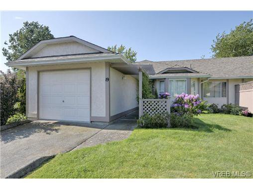 Main Photo: 19 4120 Interurban Rd in VICTORIA: SW Strawberry Vale Row/Townhouse for sale (Saanich West)  : MLS®# 702410