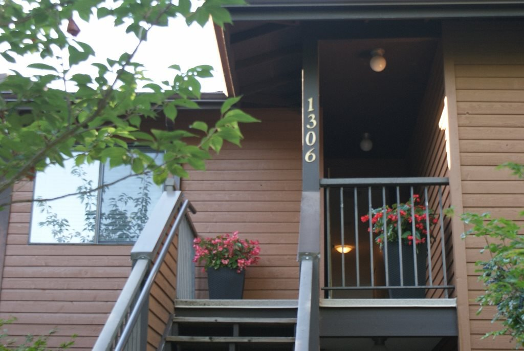 """Main Photo: 1306 10620 150 Street in Surrey: Guildford Townhouse for sale in """"Lincolns Gate"""" (North Surrey)  : MLS®# R2203988"""