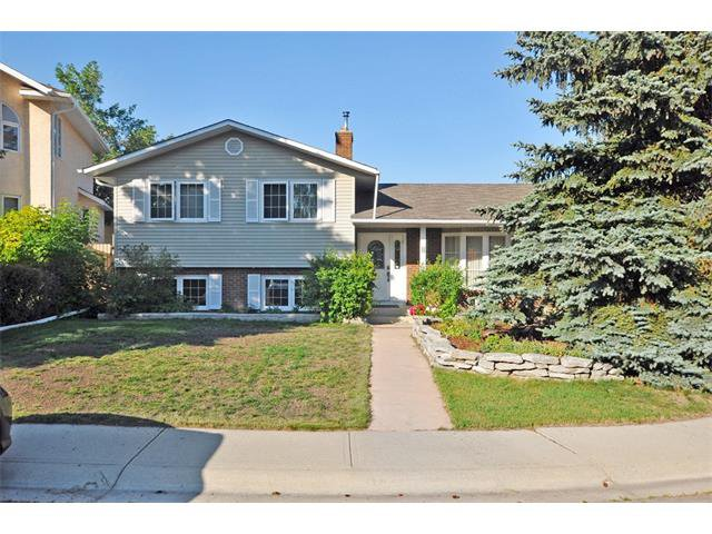 Main Photo: 8 NORSEMAN Place NW in Calgary: North Haven Upper House for sale : MLS®# C4023976