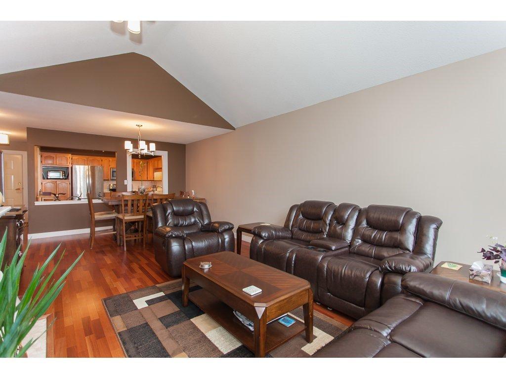 Photo 7: Photos: 309 20600 53A AVENUE in Langley: Langley City Condo for sale : MLS®# R2146902