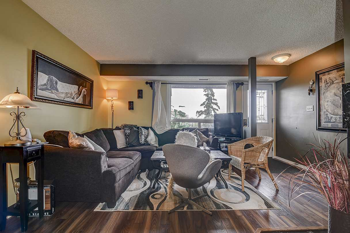 Main Photo: 17213 92 Avenue in Edmonton: Zone 20 Carriage for sale : MLS®# E4196018