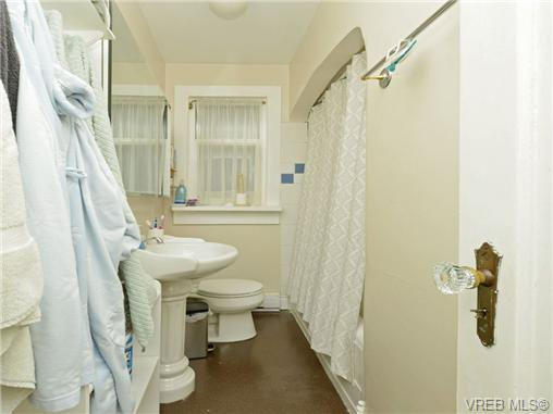 Photo 12: Photos: 1572 Rowan St in VICTORIA: SE Cedar Hill House for sale (Saanich East)  : MLS®# 726238