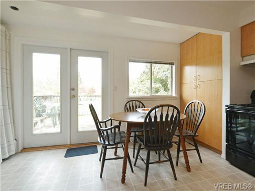 Photo 5: Photos: 1572 Rowan St in VICTORIA: SE Cedar Hill House for sale (Saanich East)  : MLS®# 726238