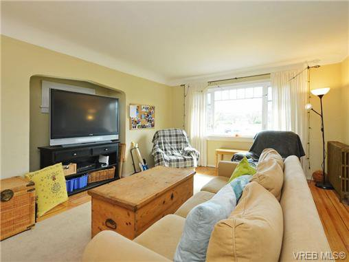 Photo 2: Photos: 1572 Rowan St in VICTORIA: SE Cedar Hill House for sale (Saanich East)  : MLS®# 726238