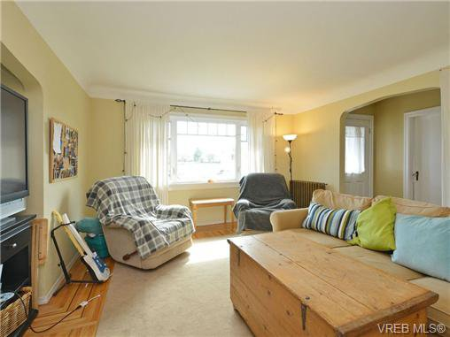 Photo 3: Photos: 1572 Rowan St in VICTORIA: SE Cedar Hill House for sale (Saanich East)  : MLS®# 726238