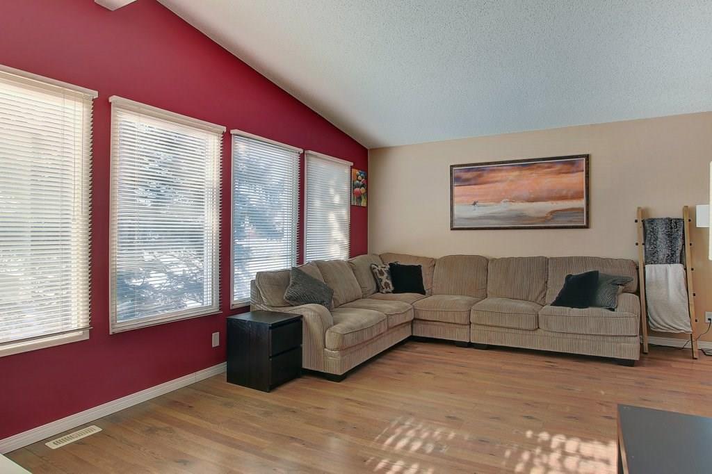 Photo 3: Photos: 252 QUEEN ALEXANDRA Road SE in Calgary: Queensland Detached for sale : MLS®# C4215983