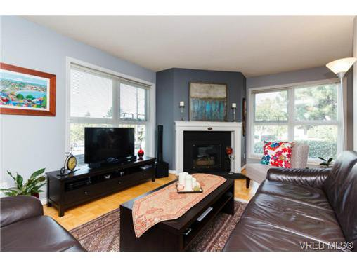 Main Photo: 206 1201 Hillside Avenue in VICTORIA: Vi Hillside Residential for sale (Victoria)  : MLS®# 369934