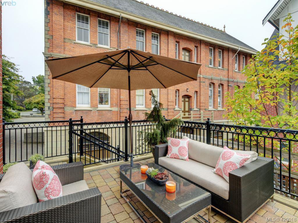 Main Photo: 14 675 Superior St in VICTORIA: Vi James Bay Row/Townhouse for sale (Victoria)  : MLS®# 831309