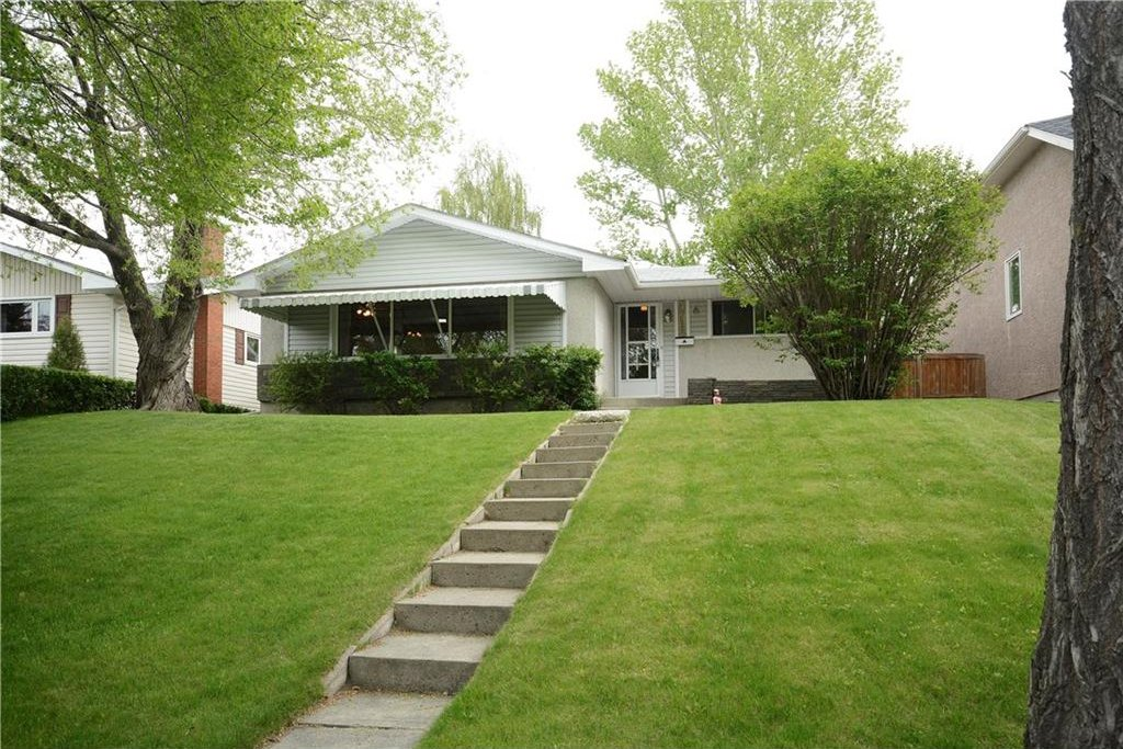 Photo 1: Photos: 4716 CHAPEL Road NW in Calgary: Charleswood House for sale : MLS®# C4118313