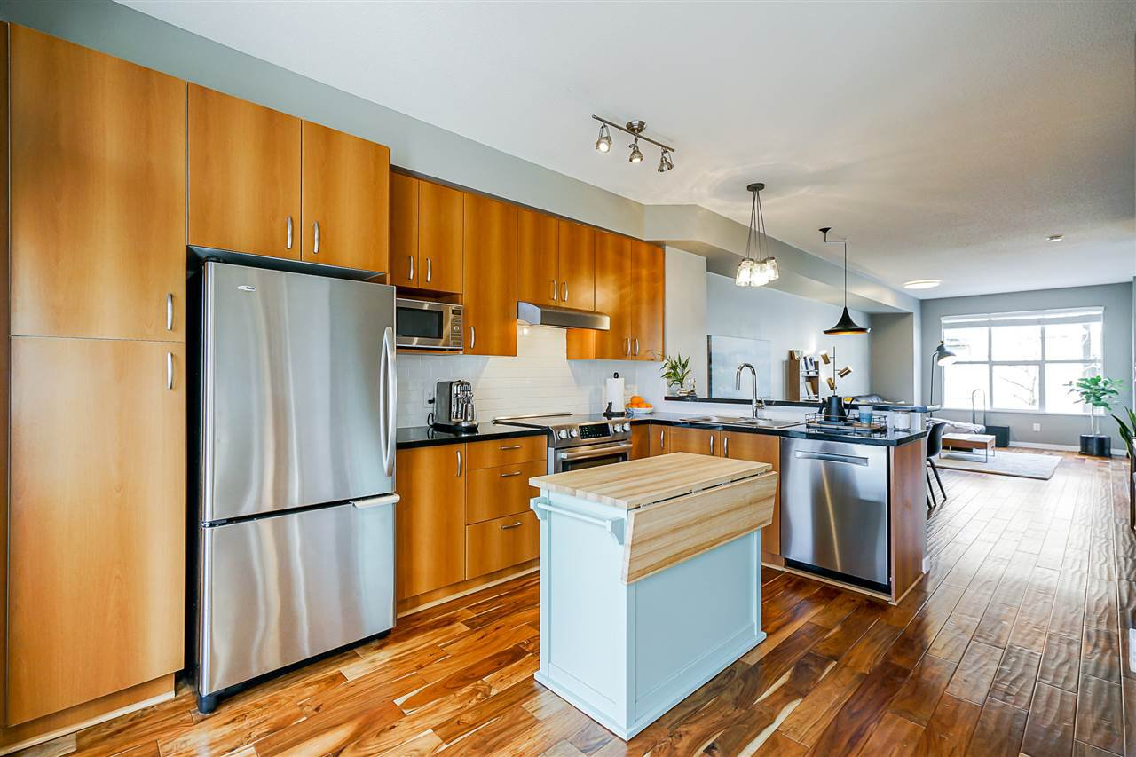"""Photo 3: Photos: 16 6736 SOUTHPOINT Drive in Burnaby: South Slope Townhouse for sale in """"SOUTHPOINT"""" (Burnaby South)  : MLS®# R2433523"""