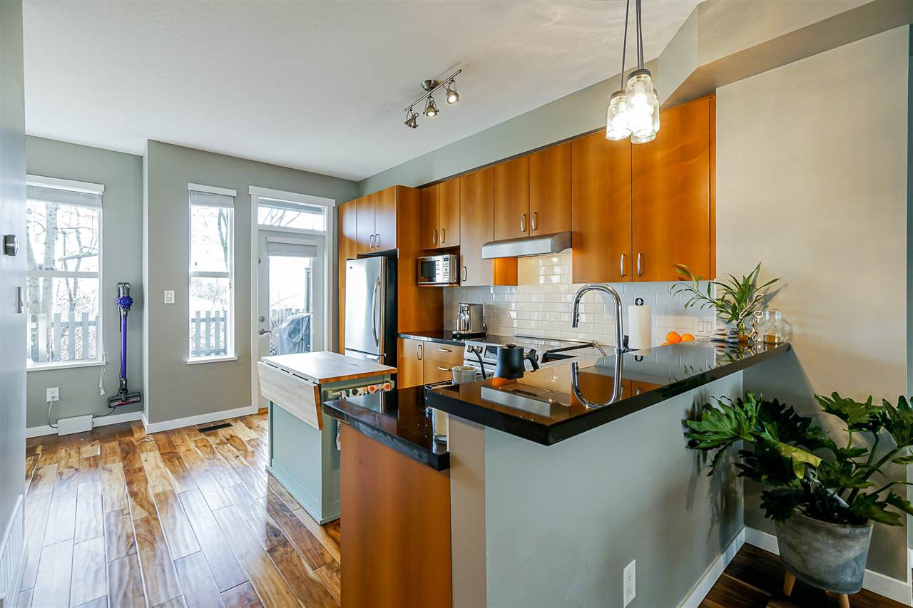 """Photo 4: Photos: 16 6736 SOUTHPOINT Drive in Burnaby: South Slope Townhouse for sale in """"SOUTHPOINT"""" (Burnaby South)  : MLS®# R2433523"""