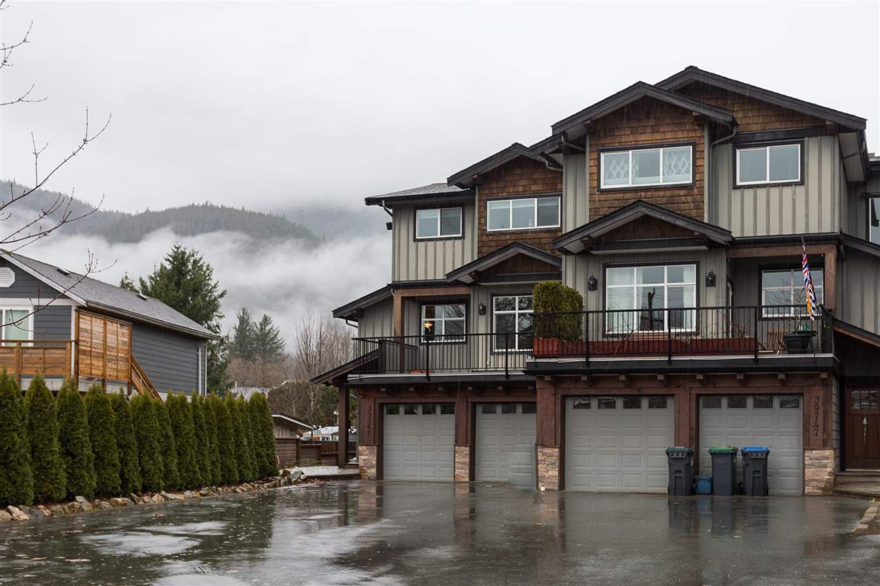 Main Photo: 39745 GOVERNMENT Road in Squamish: Northyards 1/2 Duplex for sale : MLS®# R2225663