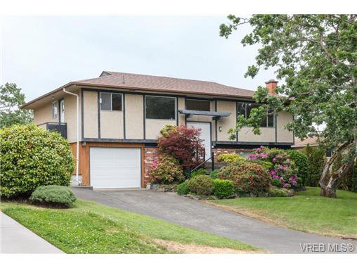 Main Photo: 964 Nicholson St in VICTORIA: SE Lake Hill Single Family Detached for sale (Saanich East)  : MLS®# 732243