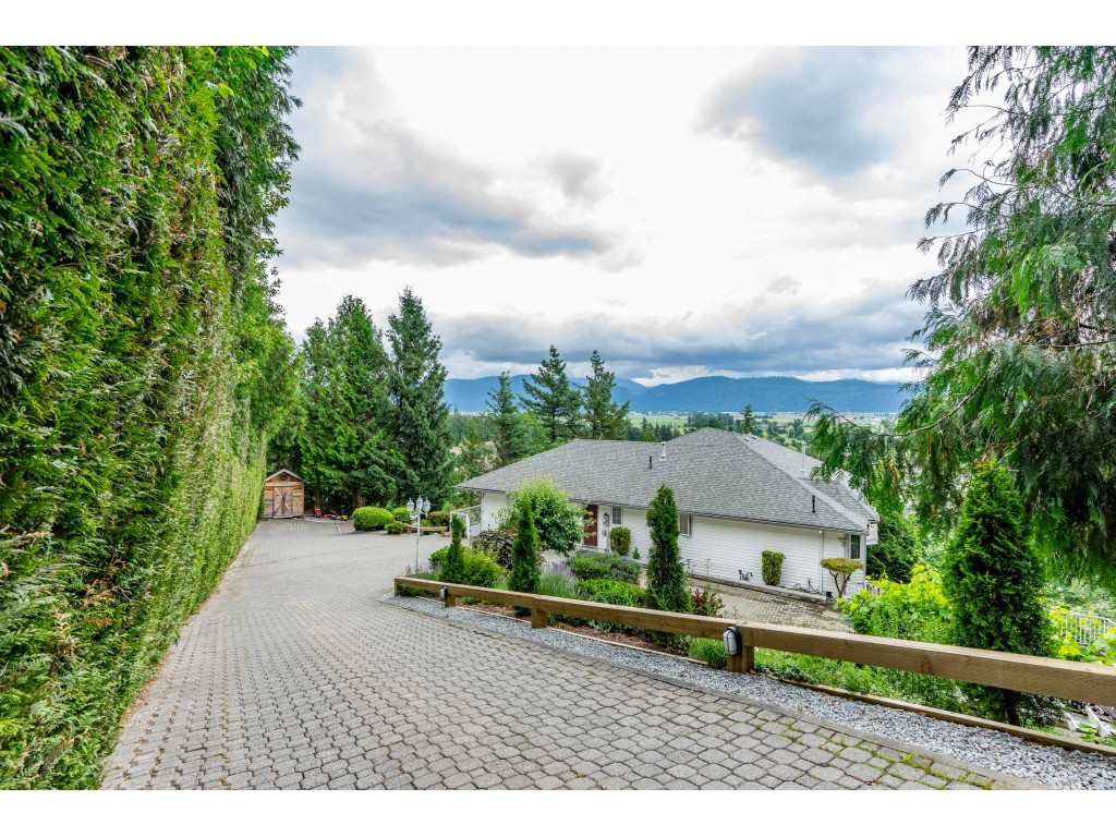 Main Photo: 2058 LION Court in Abbotsford: Abbotsford East House for sale : MLS®# R2378598