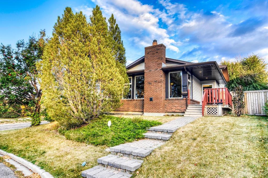 Main Photo: 131 Silvergrove Place NW in Calgary: Silver Springs Detached for sale : MLS®# A1040337