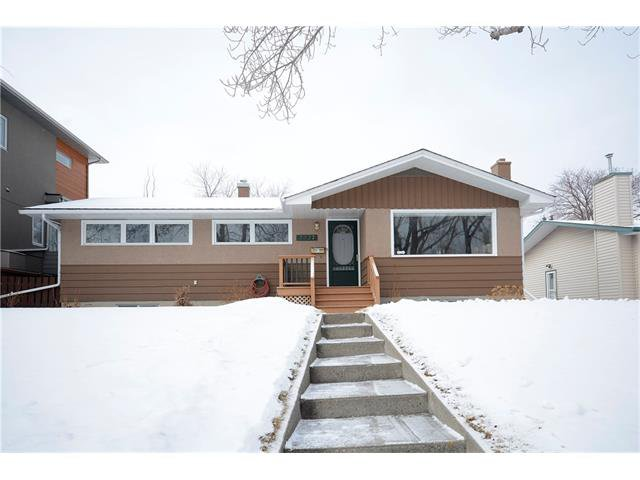 Main Photo: 2227 CHICOUTIMI Drive NW in Calgary: Charleswood House for sale : MLS®# C4096785