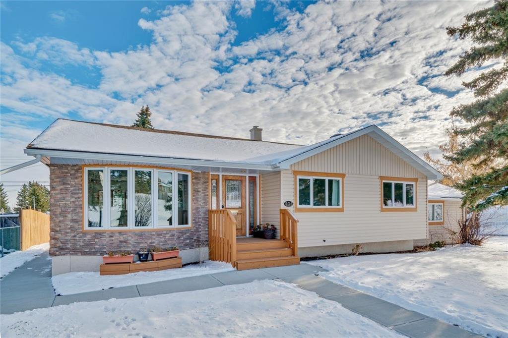Main Photo: 936 TRAFFORD Drive NW in Calgary: Thorncliffe Detached for sale : MLS®# C4219404