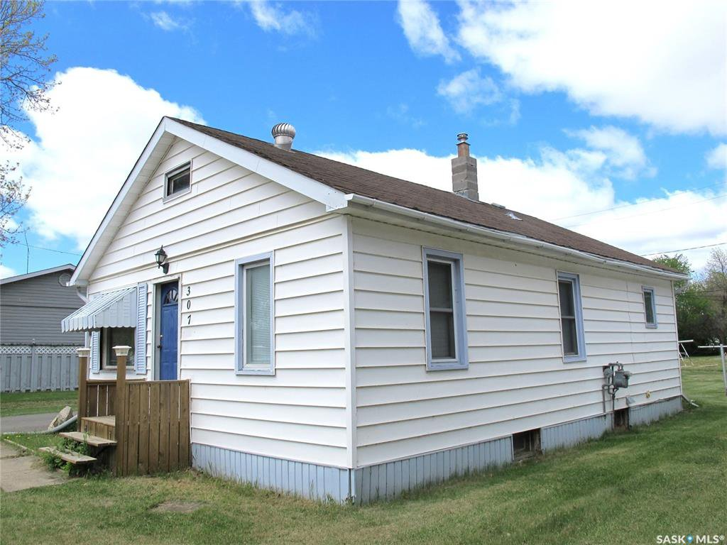 Main Photo: 307 2nd Avenue East in Lampman: Residential for sale : MLS®# SK810127