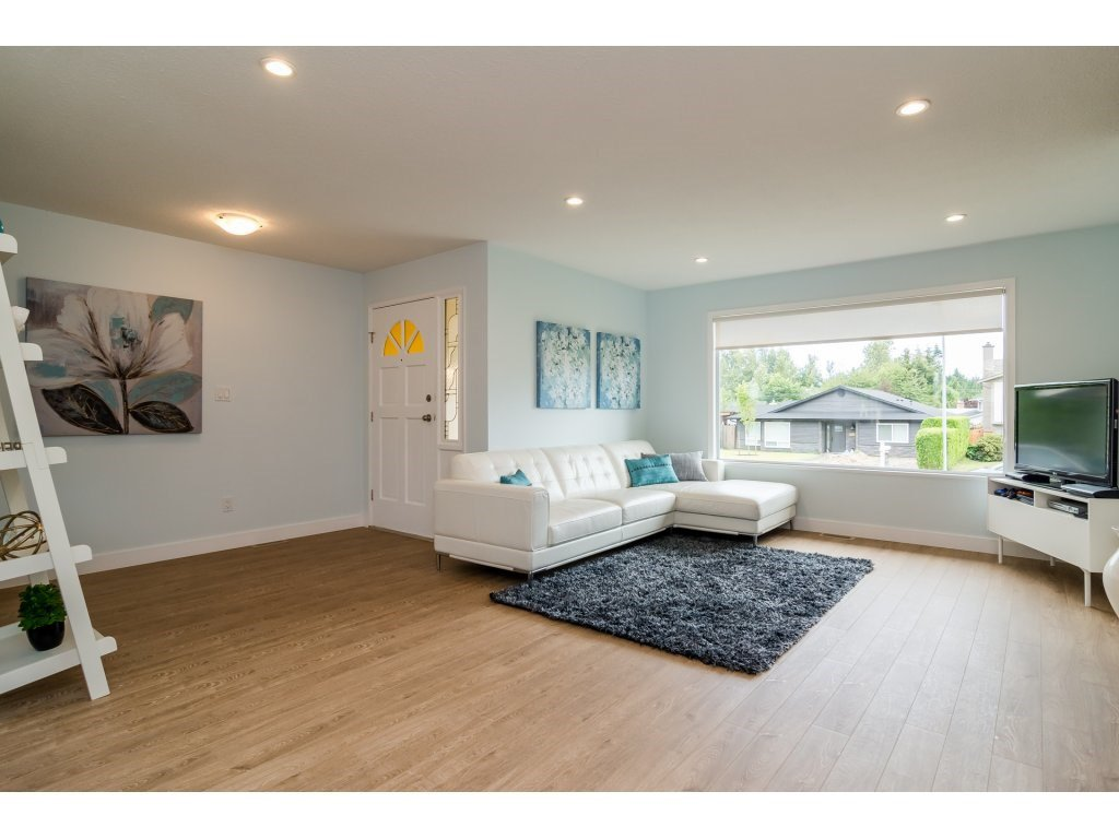 Photo 3: Photos: 21112 95A Avenue in Langley: Walnut Grove House for sale : MLS®# R2198138