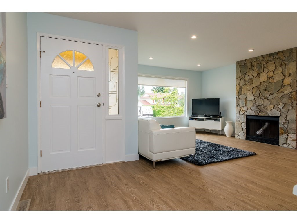 Photo 2: Photos: 21112 95A Avenue in Langley: Walnut Grove House for sale : MLS®# R2198138