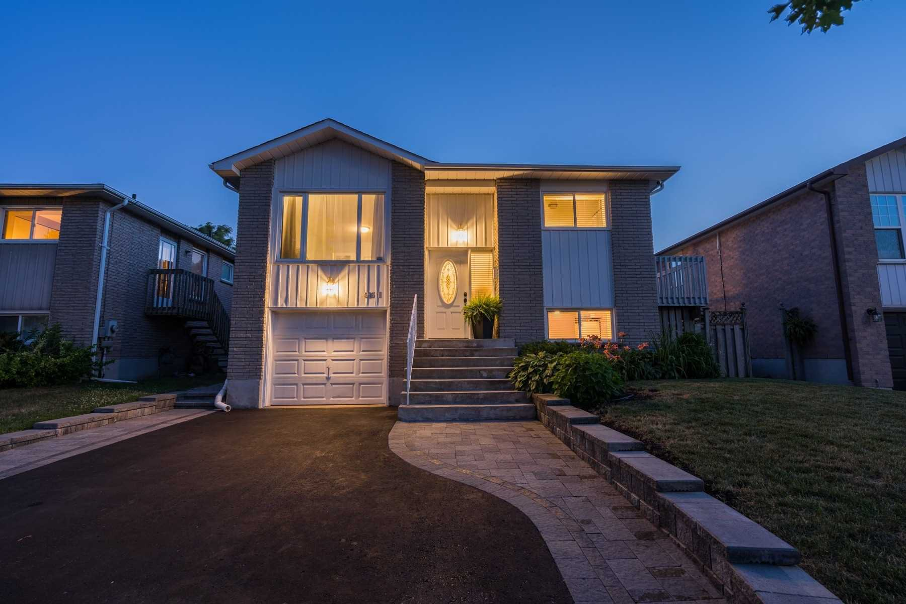 Main Photo: 961 Roundelay Dr in Oshawa: Freehold for sale : MLS®# E4855065