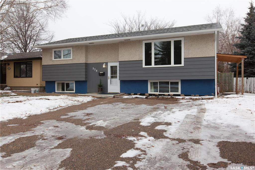 Main Photo: 226 Mount Allison Crescent in Saskatoon: West College Park Residential for sale : MLS®# SK716296