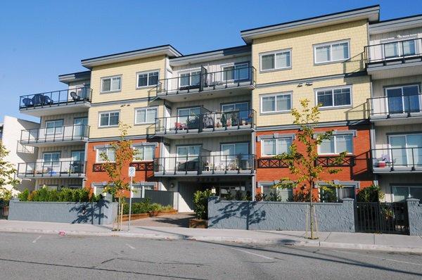 "Main Photo: 104 22363 SELKIRK Avenue in Maple Ridge: West Central Condo for sale in ""CENTRO"" : MLS®# R2077438"