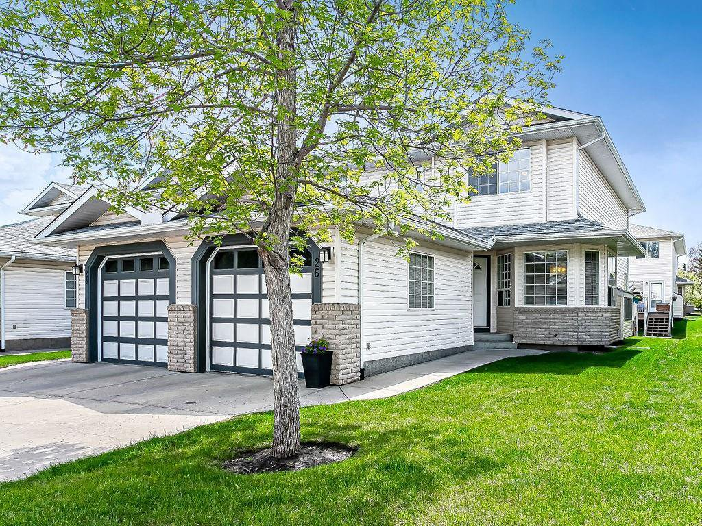 Main Photo: 26 SILVERGROVE Close NW in Calgary: Silver Springs Row/Townhouse for sale : MLS®# C4301182