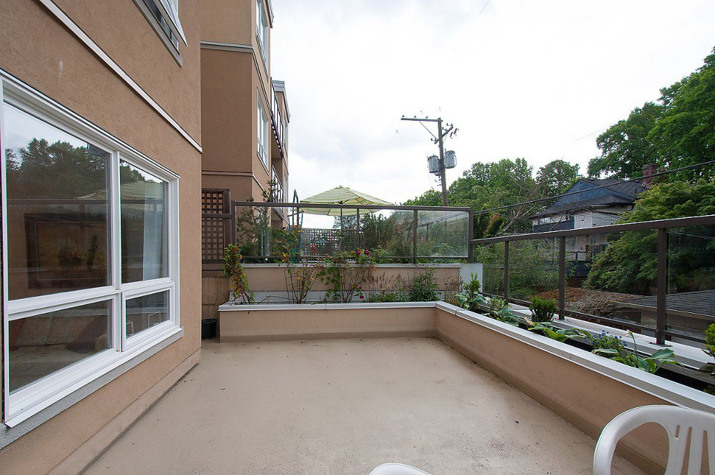 """Photo 6: Photos: 208 3638 W BROADWAY in Vancouver: Kitsilano Condo for sale in """"CORAL COURT"""" (Vancouver West)  : MLS®# V1127113"""