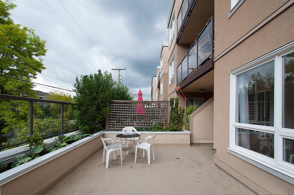"""Photo 4: Photos: 208 3638 W BROADWAY in Vancouver: Kitsilano Condo for sale in """"CORAL COURT"""" (Vancouver West)  : MLS®# V1127113"""