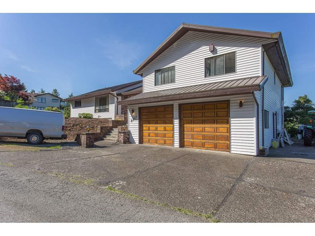 "Main Photo: 2717 LUCERN Crescent in Abbotsford: Abbotsford East House for sale in ""GLEN MOUNTAIN"" : MLS®# R2174836"