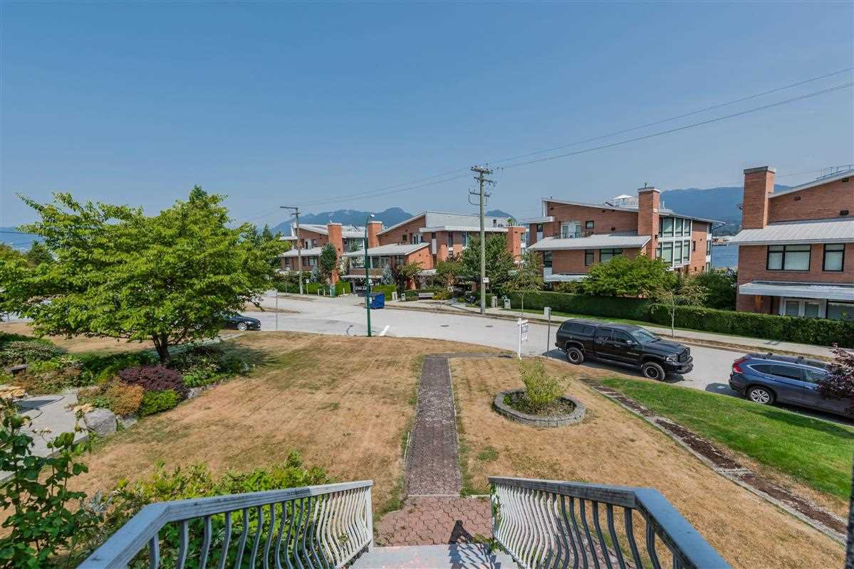 Photo 4: Photos: 2920 YALE Street in Vancouver: Hastings East House for sale (Vancouver East)  : MLS®# R2325830