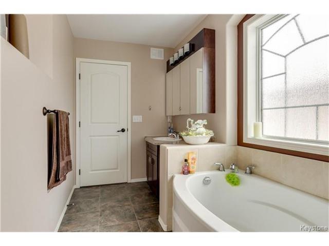 Photo 9: Photos: 151 St Moritz Road in Winnipeg: All Season Estates Residential for sale (3H)  : MLS®# 1704693