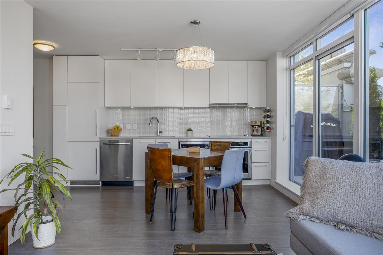"""Main Photo: 805 668 COLUMBIA Street in New Westminster: Quay Condo for sale in """"TRAPP + HOLBROOK"""" : MLS®# R2503921"""