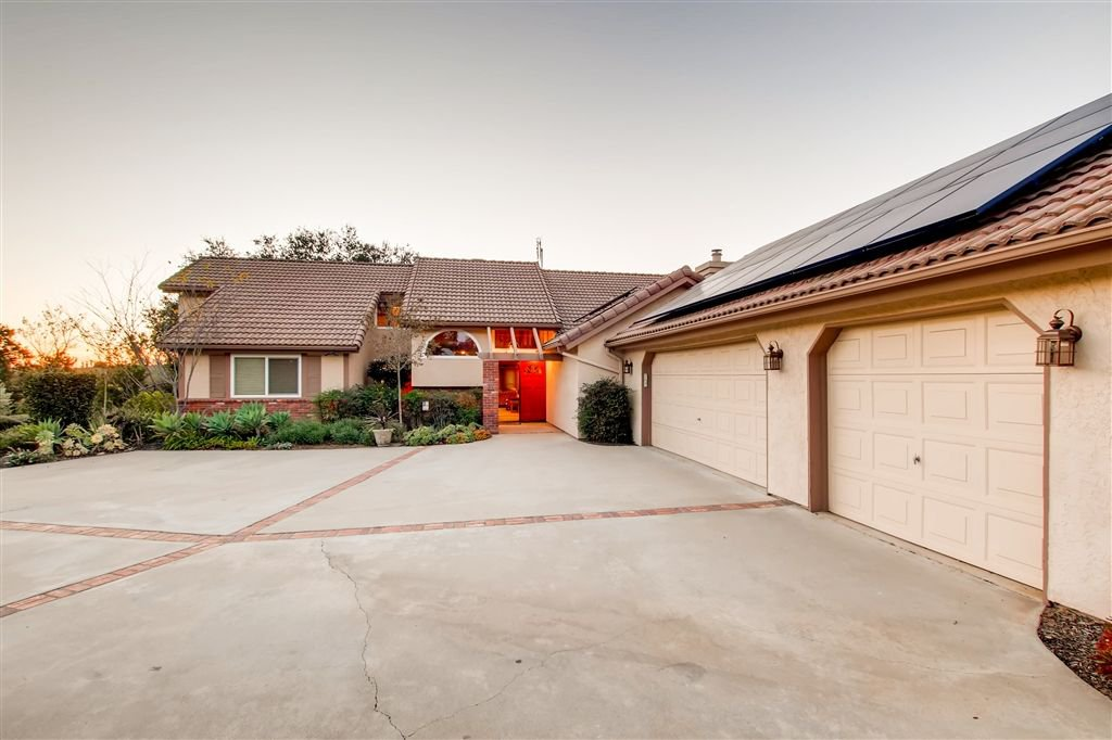 Photo 2: Photos: SOUTHWEST ESCONDIDO House for sale : 4 bedrooms : 1001 Summit Trl in Escondido